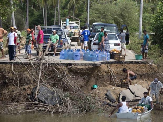 Cidade de Acapulco está isolada, pois estradas que ligam ao balneário turístico estão interrompidas. (Foto: Eduardo Verdugo / AP Photo)