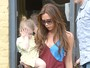 Em passeio com a me, filha de Victoria Beckham esconde o rosto