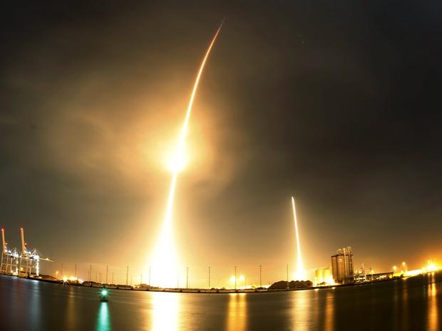 A empresa americana SpaceX lançou com sucesso nesta segunda-feira (21) seu foguete Falcon 9 - que colocou 11 satélites em órbita - e conseguiu recuperar intacto o primeiro estágio do vetor, em uma operação inédita (Foto: Mike Brown/Reuters)