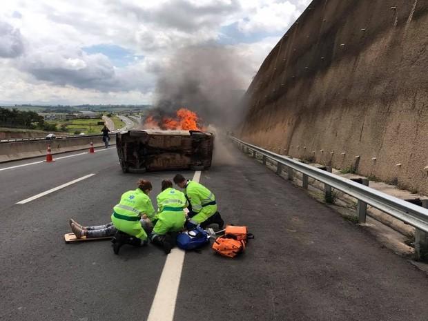 Carro em chamas durante exercício de simulação de acidente na Rodovia Dom Pedro I em Campinas (Foto: Bernardo Medeiros / Rota das Bandeiras)