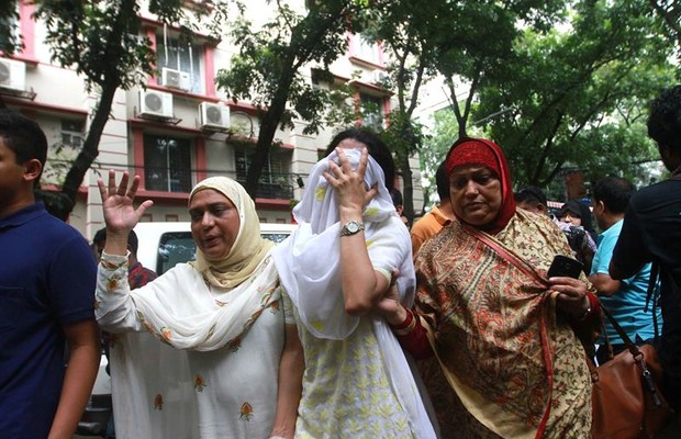 Parentes de vítimas de atentado em café em Daca, Bangladesh (Foto:  EFE/EPA/STR)