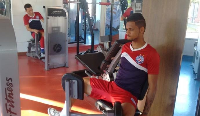 Vitor, lateral do Bahia, treina na academia (Foto: Divulgação / E.C. Bahia)