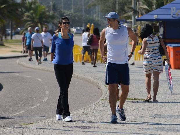 Helena Ranaldi e Reynaldo Gianecchini caminham pela orla do Rio de Janeiro (Foto: Raphael Dias/TV Globo)