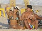 Viviane Araújo mostra o corpão em dia de praia e faz selfie com o noivo