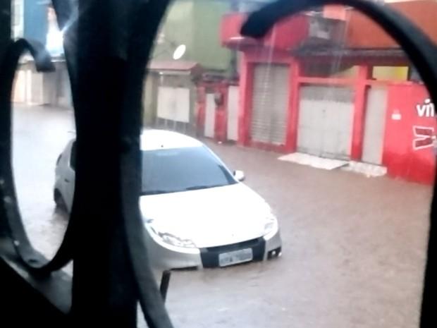 Leitor mostrou rua alagada em São João de Meriti, na Baixada Fluminense (Foto: Reprodução / Enviado por Whatsapp)