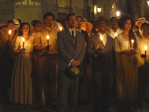Gente de toda a parte se reuniu para rezar por tia Jurema (Foto: Lado a Lado / TV Globo)