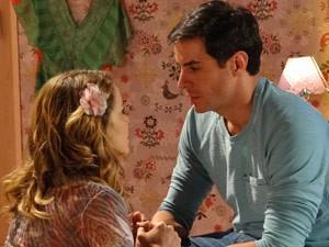 Jeitosinha, ela tenta acalmar o noivo ciumento (Foto: Cheias de Charme/ TV Globo)