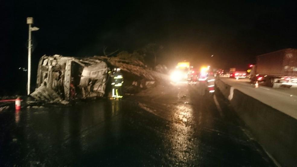 Motorista do caminhão, que tombou e pegou fogo na BR-277 em Morretes, morreu (Foto: Divulgação/PRF)
