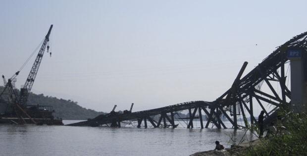 Uma ponte em construção sobre o rio Irrawaddy, ao leste de Shwebo, desmoronou depois do forte terremoto deste domingo (11), em Mianmar (Foto: AP)