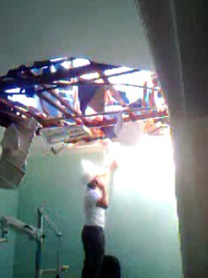 Vídeo feito com celualr mostra forro da clínica (Foto: Reprodução/Celular)