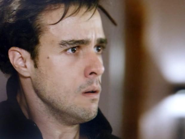 Enrico se desespera com a notícia dado pelo pai (Foto: Impéro/TV Globo)