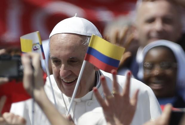 Papa Francisco ao lado de uma bandeira da Colômbia, país de origem de uma das freiras canonizadas (Foto: AP Photo/Gregorio Borgia)