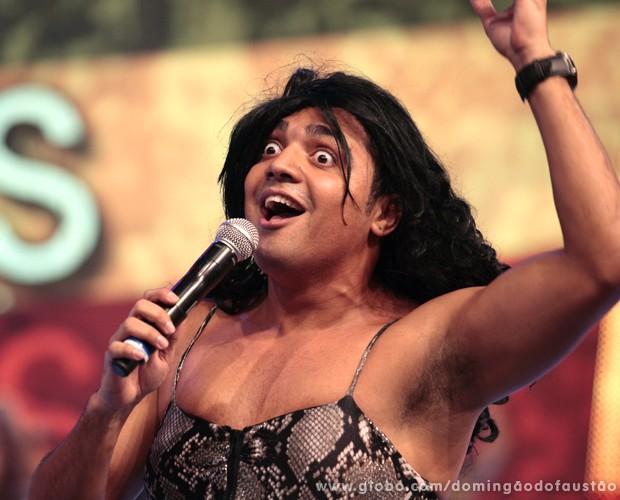 Tirulipa faz paródia de música da cantora Anitta (Foto: Domingão do Faustão / TV Globo)