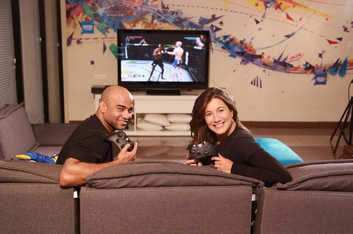 Warlley Alvez e a apresentadora do canal Combate Viviane Ribeiro (Foto: Pamela Miranda)