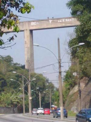 Homens armados no alto do aqueduto da Estrada do Catonho
