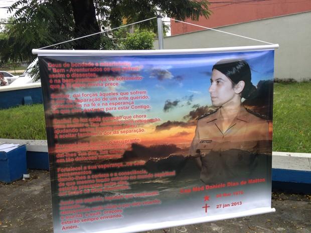 Cartaz em homenagem à capitão Daniele Dias de Mattos, morta na tragédia em Santa Maria (Foto: Renata Soares/G1)