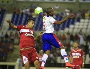 Daniel Marques afasta perigo na área do CRB (Foto: Ailton Cruz/ Gazeta de Alagoas)