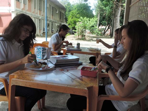Estudantes agora pagam o almoço ou levam de casa (Foto: Vitor Tavares / G1)