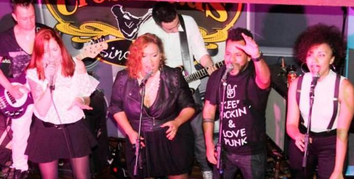 Primeira formação da banda Georgia tinha o trio de backing vocals com Val (direita) ao lado de Andre e Gi (centro)  (Foto: Marcelo Cozzo/ Redes sociais CrossRoads Bar))
