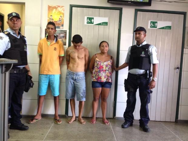 Suspeitos foram levados ao 12º Distrito Policial, no Conjunto Ceará (Foto: Camila Mathias/TV Verdes Mares)