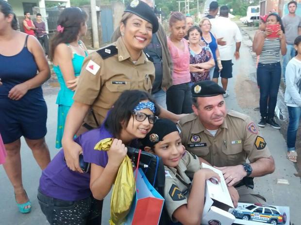 PM vai à festa de aniversário de menino em Carandaí, MG (Foto: Polícia Militar/ Divulgação)