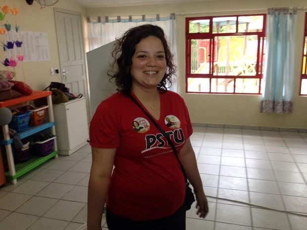 Gabriella Santetti (PSTU) votou em Florianópolis neste domingo, no bairro Sambaqui (Foto: Ronaldo Bruchado/RBS TV)