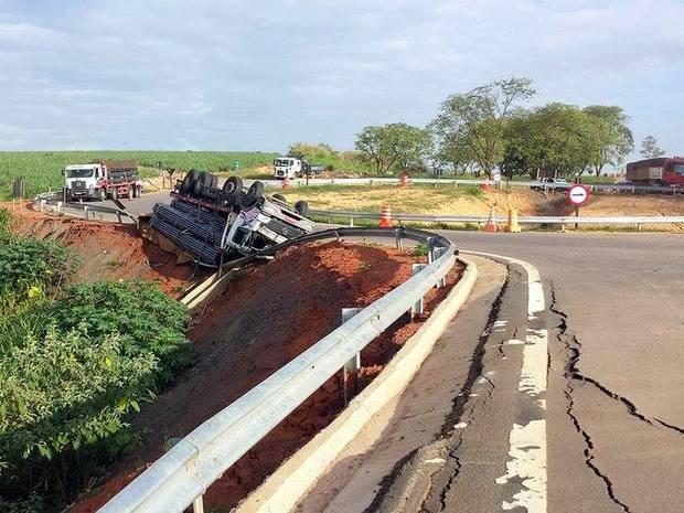 Rodovia não foi interditada após tombamento em Capivari (Foto: Tonny Machado/Raízes FM)