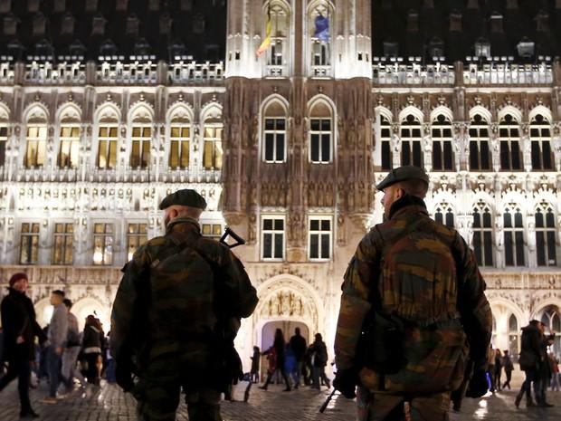 Soldados fazem patrulhamento em Bruxelas na véspera do Natal (Foto: Francois Lenoir/ Reuters)