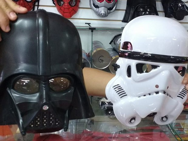 Folião pode pular carnaval de Darth Vader por R$ 12 ou levar a fantasia completa de um stormtrooper por R$ 100 (Foto: Vivian Reis/G1)