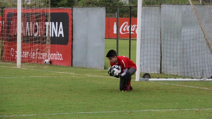 Andres, filho de Argel, participa de treino do Inter no CT do Parque Gigante (Foto: Tomás Hammes / GloboEsporte.com)