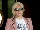 Depois de mostrar demais, Lady Gaga usa camisa polêmica