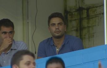 Após acerto, Henrique Almeida vê jogo do Grêmio no Estádio do Vale
