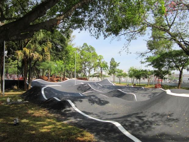Pump Track, pista poliesportiva que atende bike, skate e patins, construída para o nível técnico intermediário. Há ainda pistas para níveis básico e avançado (Foto: Vivian Reis/G1)