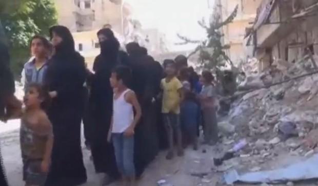 Reprodução de vídeo mostra mulheres e crianças em rua em Aleppo (Foto: Reuters)
