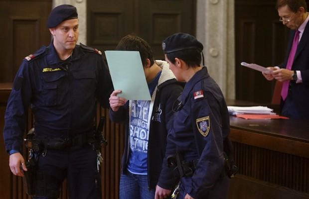 Suspeito de terrorismo esconde o rosto ao chegar à Corte em St. Poelten, na Áustria, nesta terça-feira (26) (Foto: Heinz-Peter Bader/Reuters)