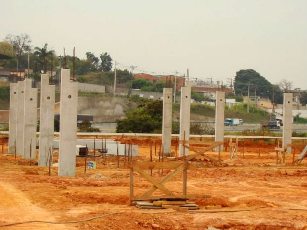 Pilastras da arena esportiva multiuso que está sendo construída em Sorocaba (Foto: Roberto Menna/PMS)
