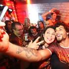 DJ Jesus Luz faz selfies com o público (David Collaço/Divulgação)