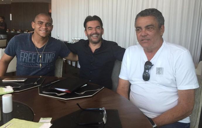 Walter, Teo Constanti, empresário, e Paulo Carneiro, diretor do Atlético-PR (Foto: Reprodução)