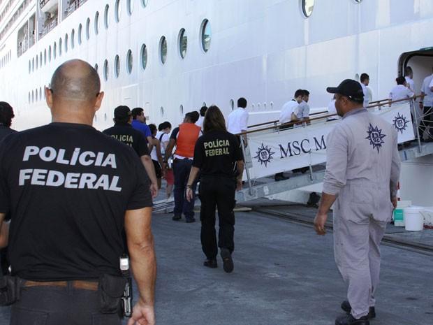 Onze pessoas são resgatadas do navio MSC Magnifica (Foto: Rogério Paiva/Divulgação)