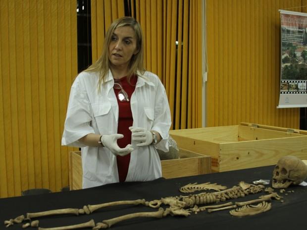 A antropóloga física Eugênia Cunha dando consultoria sobre análise de ossos (Foto: Vivianni Asevedo/Ascom NUTA)