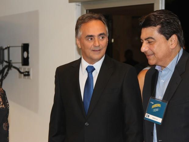 Luciano Cartaxo (PSD) chega para o debate na TV Cabo Branco, em João Pessoa, acompanhado do vice Manoel Júnior (Foto: Diogo Almeida/G1)