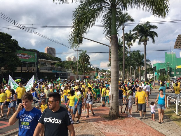 Manifestação reúne pessoas em Americanas  (Foto: Fernanda Pascon Marzola)