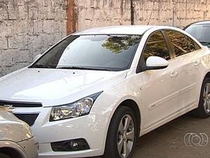 Quadrilha negocia carros roubados por aplicativo de celular, em Goiânia, Goiás (Foto: Reprodução/TV Anhanguera)