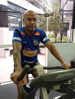 Marcos Assunção faz atividade na academia do Santos (Foto: Divulgação/Santos)