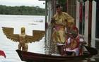 Com cheia, 'Pilatos' chega de canoa em ato (Marilene Silva/TV Amazonas)