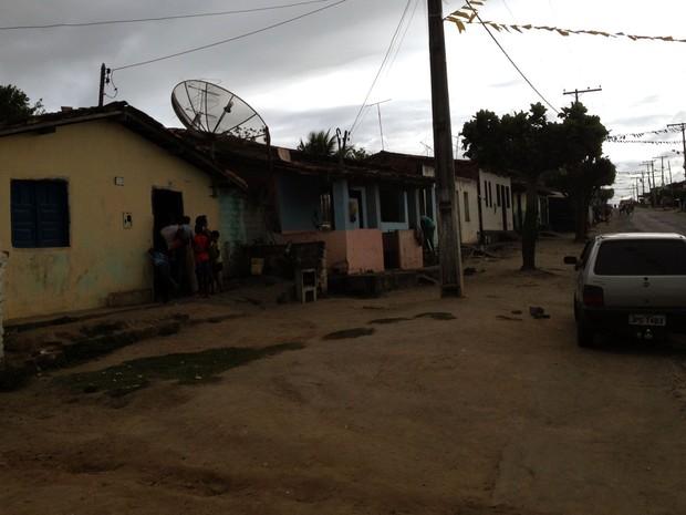 Casa (amarela) onde criança morava e foi morta em Amargosa (Foto: Ruan Melo/G1)