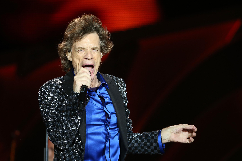 Com uma conta bancária estimada no valor de 360 milhões de dólares, Mick Jagger não gosta de contribuir para os gastos domésticos. Segundo a modelo e ex-mulher do músico, Jerry Hall, é difícil conseguir dele qualquer contribuição para os filhos e compras  (Foto: Getty Images)
