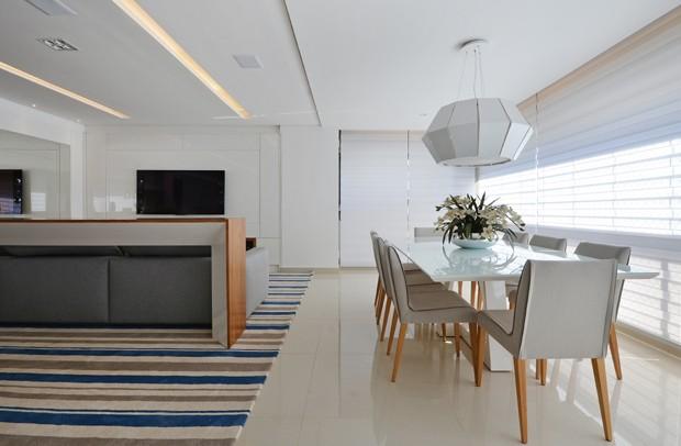 sala-jantar-varanda-mesa-cadeiras-brancas-pendente-cortina-tapete-listras (Foto: Marcus Camargo/Divulgação)