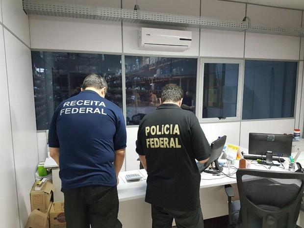 Policiais durante cumprimento de mandado de busca e apreensão pela manhã (Foto: PF/Divulgação)