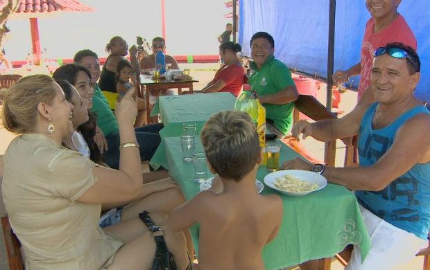 Família aproveitando o primeiro dia do ano no balneário da Fazendinha (Foto: Reprodução/TV Amapá)